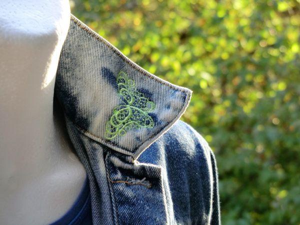 Jeansjacke mit Schmetterlingen