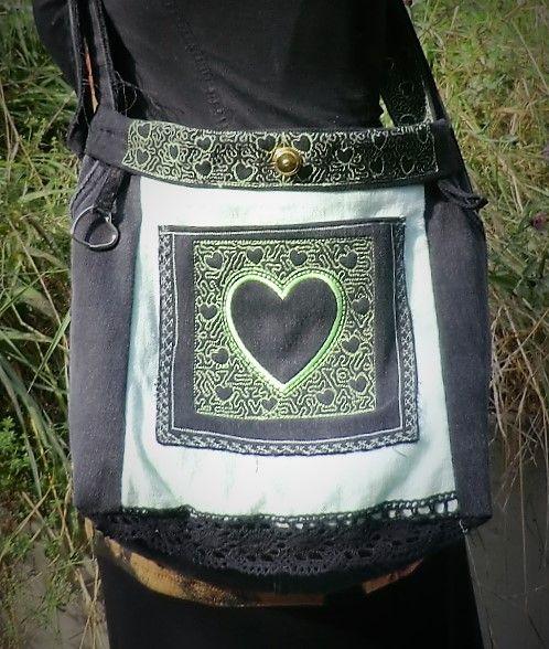 Golder LOXX auf schwarzer Jeanstasche mit grünen Herzen