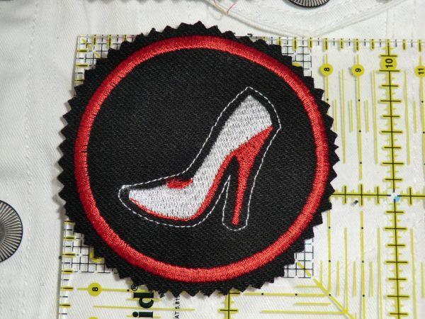 Patch Schuh weiss auf schwarz mit rotem Rahmen