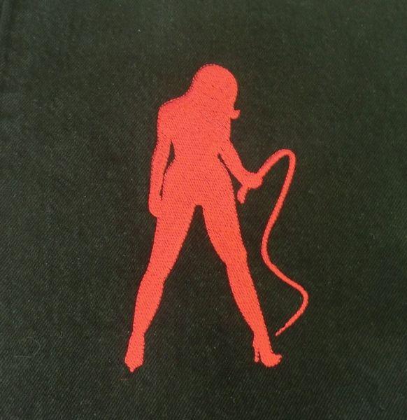 rote Domina auf schwarzer Jeans