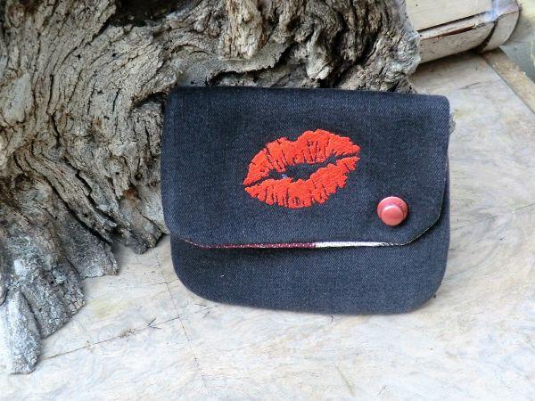 kleine Jeanstasche schwarz mit rotem Kussmund
